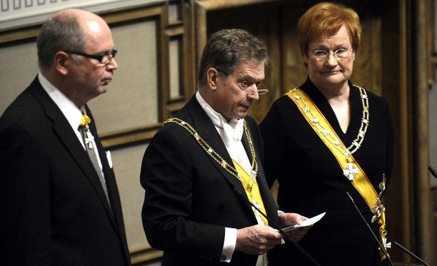Tasavallan presidentti Sauli Niinistö ilmoitti virkakautensa ensimmäisenä vuonna alentavansa palkkiotaan 126 000 euroon.