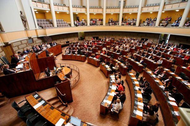 Eduskunnan istuntosali on haluttu työpaikka. Moni tuolistaan tiukasti kiinni pitävä kansanedustaja joutuu kuitenkin lähtemään talosta kevään eduskuntavaalien jälkeen.