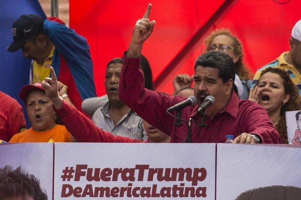 Presidentti Maduro puhui tuhansille kannattajilleen imperialismin ja Yhdysvaltain vastaisessa mielenosoituksessa maanantaina.