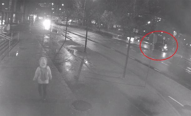 Poliisi kaipaa havaintoja valvontakameralla näkyvästä pysähtyneestä autosta.