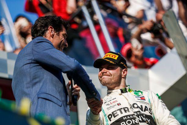 Mark Webber haastatteli Melbournen osakilpailun voittajaa Valtteri Bottasta.