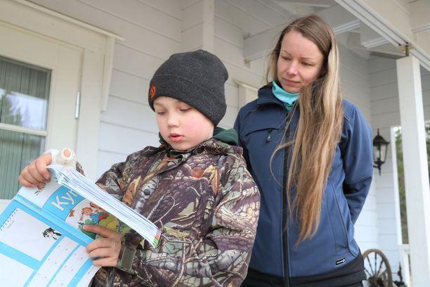 1. luokkaa käyvä Niilo käy koulua kotona, äiti Hanna Alajoki auttaa tehtävissä. Myös omat työt hoituvat kotoa käsin.