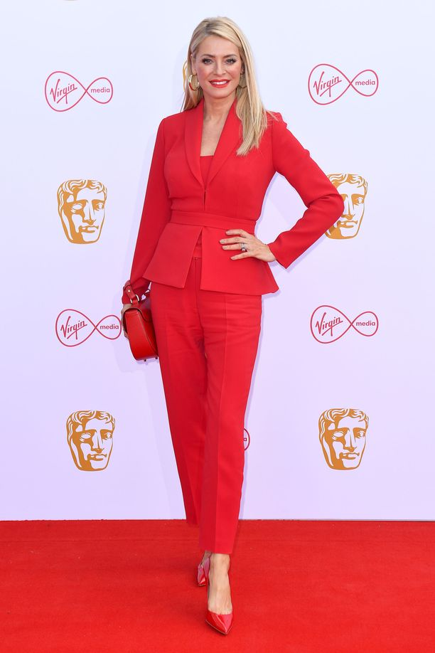 Tess Dalyn punainen housupuku oli yksi illan sähäkimmistä. Puku oli Suzanne Nevillen suunnittelema.