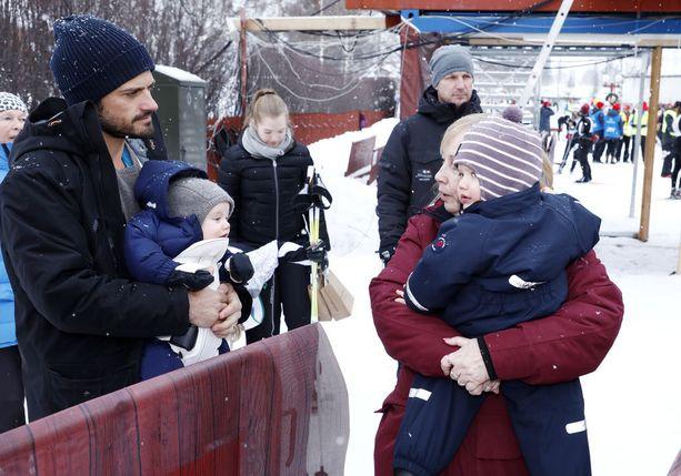 Prinssi Carl Philip huolehti lapsista anoppinsa kanssa.