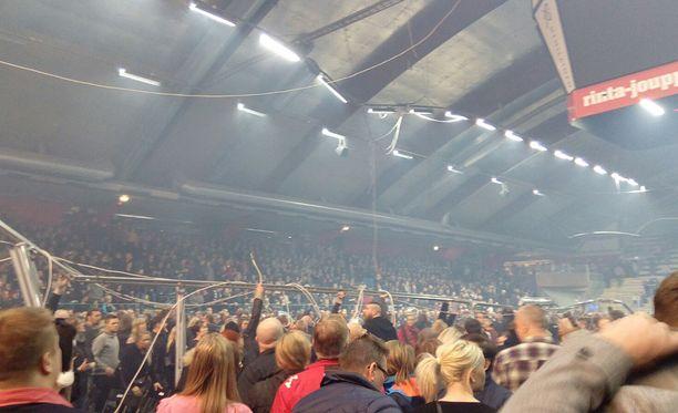 Onnettomuus tapahtui Vaasa Arenalla pidetyssä Raskasta joulua -konsertissa.