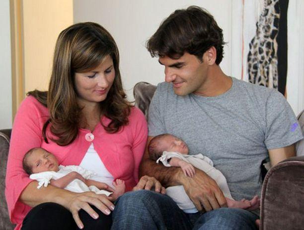Tämän kuvan vauvoistaan ja vaimostaan Roger Federer julkaisi Facebookissa.