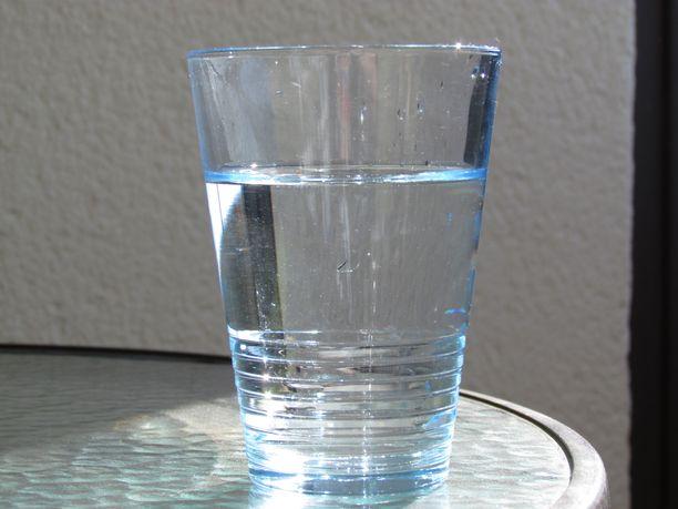 Haluatko pelata varman päälle? Juo pullotettua vettä, ja puhtaasta lasista.