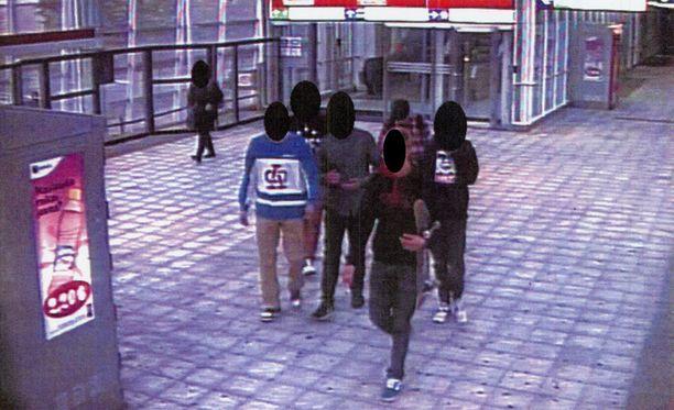 15-17-vuotiaita teinejä syytettiin toisten nuorten pahoinpitelyistä ja ryöstöistä.