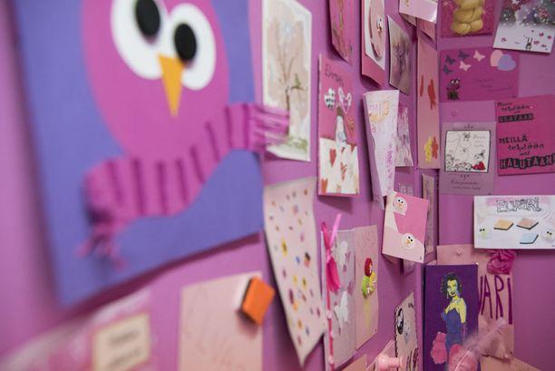 Elvari järjesti asiakkailleen kilpailun, jossa pyysi heitä lähettämään vaaleanpunaisia tai pinkkejä kortteja. Kortteja, joista moni itse askarreltu, tuli satamäärin. Osa niistä päätyi korutehtaan taukotilaa koristamaan.