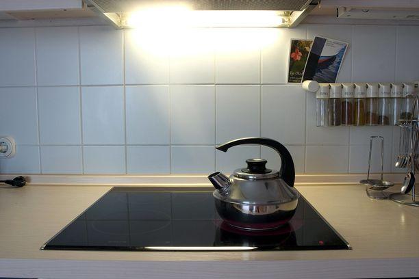 Älä käytä keraamisella liedellä alumiinipohjaisia astioita tai puhdistukseen karkeita siivousvälineitä.