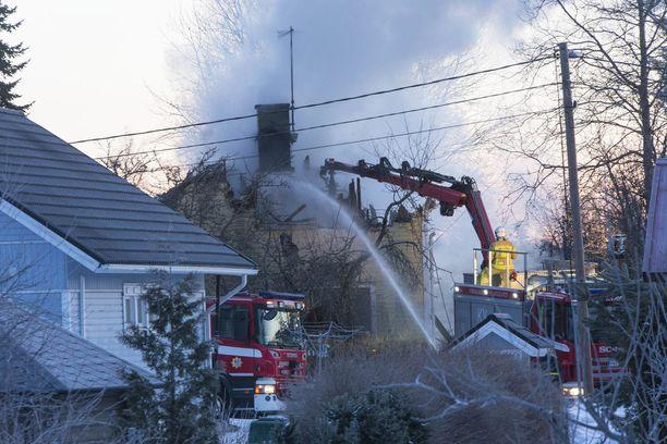 Kotkan paloa sammutettiin aamun valjetessa.