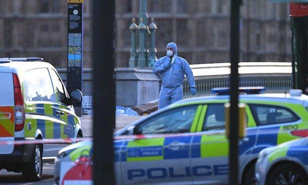 Poliisi tutki iskupaikkaa parlamenttitalon lähistöllä.
