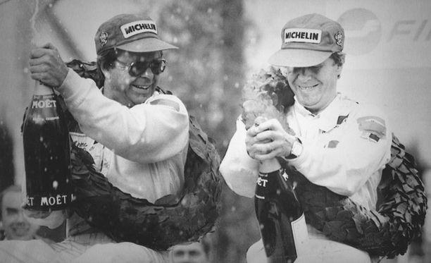 Hannu Mikkola ja kartturi Arne Hertz tuulettavat voittoa Jyväskylässä. Mikkola voitti Jyväskylän MM-rallin peräti seitsemän kertaa.