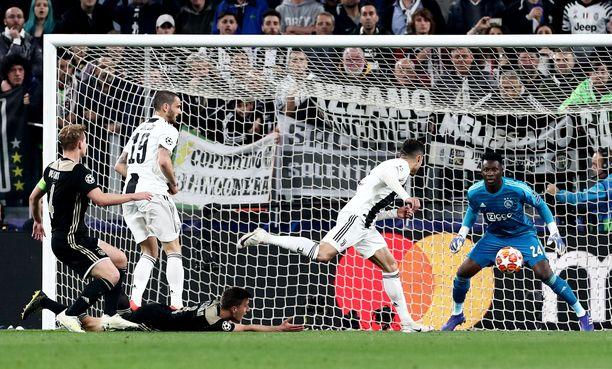 Merkkaamaton Cristiano Ronaldo puskee 10 metrin päästä vastustajan maalista. Tämän tilanteen xG on melko korkea.