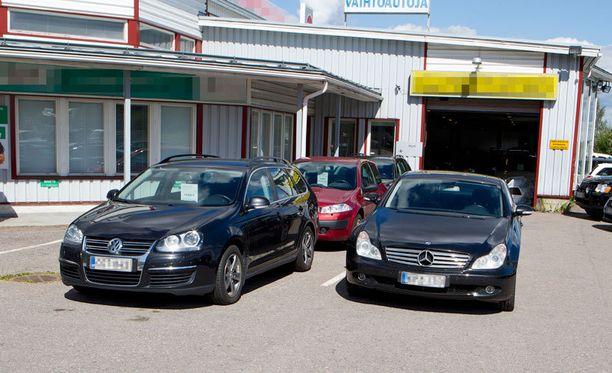 RYÖSTÖ 63-vuotias tamperelainen autokauppias ryöstettiin pesäpallomailaa käyttäen liikkeensä pihalla torstaiaamuna.