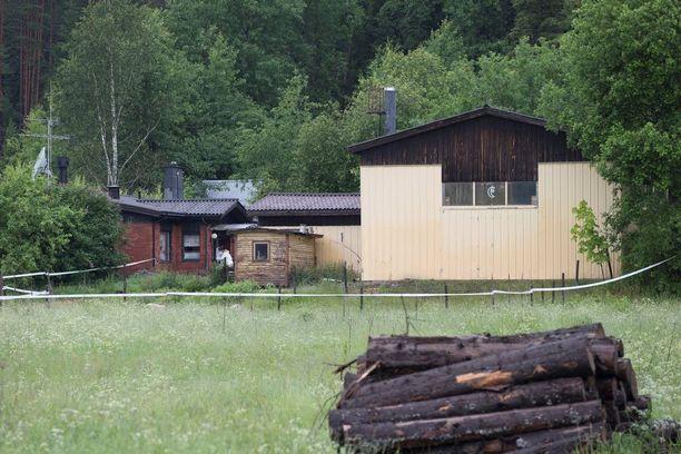 Siskojen mukaan ampujaveli rakensi itse omakotitalonsa lapsuudenkodin viereen jo yli 40 vuotta sitten. Viime perjantaina mies ampui itsensä kotitalonsa pihalle.