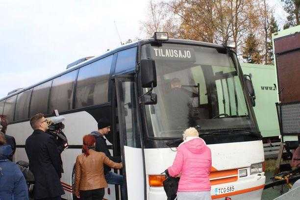 Hankonen perusteli poimijoiden majoittamista bussiin sillä, että sen avulla heidät voidaan tarvittaessa siirtää nopeasti hyville marja-apajille.