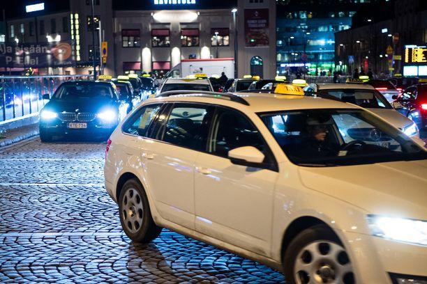 Nainen nousi taksiin Helsingin yössä, mutta päätyi kotinsa sijasta sairaalaan. Arkistokuva, joka ei liity tapaukseen.