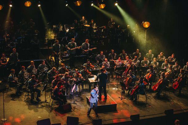 Jukebox-kiertueen kokoonpanossa on mukana myös suuri jousiorkesteri.