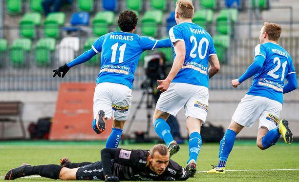 RoPS juhlii. FC Lahden Kalle Taimi on lyöty.