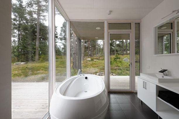 Kun mökillä on riittävästi yksityisyyttä, näin kaunis ratkaisu on mahdollinen. Kylpyammeestakin voi ihailla vuodenaikojen mukaan muuttuvaa maisemaa.