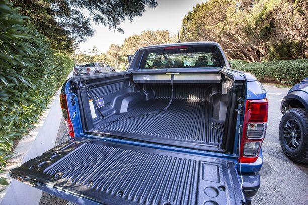 Lavan koko on 1,56 x 1,57 metriä. Auton perään voidaan kytkeä 2,5 tonnin kärry.