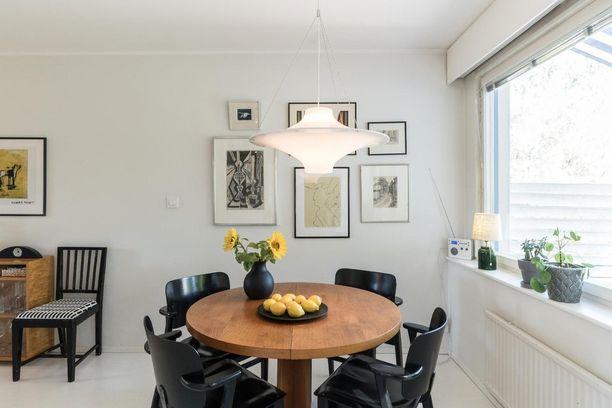 Mustan ja valkoisen yhdistelmä tuo tarvittavaa särmää kotiin. Kotimaista designia ovat edustamassa Artekin klassiset Domus-tuolit sekä Lokki-valaisin.