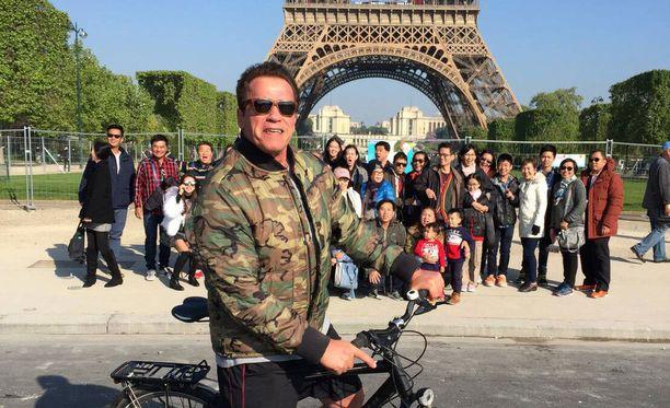 Arnold ei ymmärtänyt, että hän pilasi patsastelullaan turistien ryhmäkuvan.