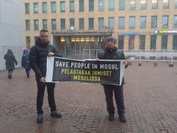 Mohammad (oikealla) yrittää saattaa ihmisten tietoisuuteen hädän, joka Mosulissa tällä hetkellä on. Kuva on otettu maaliskuussa mielenilmaisun yhteydessä.