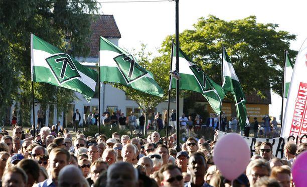 Almedalenissa ovat heiluneet Pohjoismaisen vastarintaliikkeen liput. Joukossa nähtiin murhasta tuomittu suomalainen.