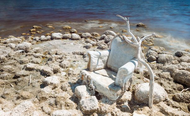 Hylätty tuoli on saanut ylleen suola- ja mineraalikerroksen.