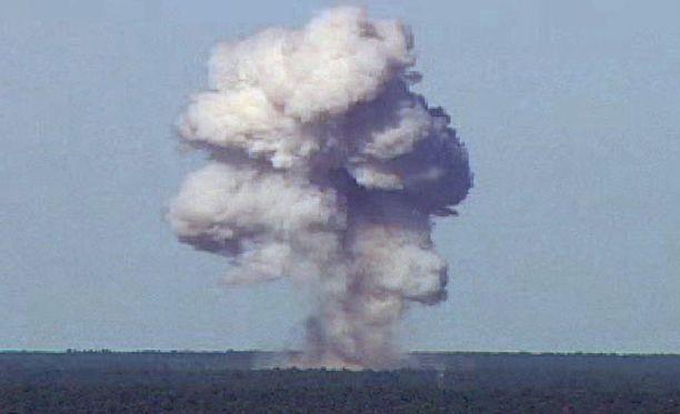 Tässä USA:n armeijan julkaisemassa kuvassa näkyy amerikkalaisen GBU-43/B-pommin testiräjäytys Floridassa 2003. Venäläiset väittävät omaa pommiaan neljä kertaa tehokkaammaksi.