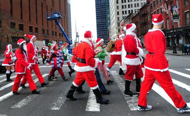 Tuhannet joulupukit ottivat osaa Manhattanin SantaConiin. Vastaava tapahtuma järjestettiin myös Lontoossa.