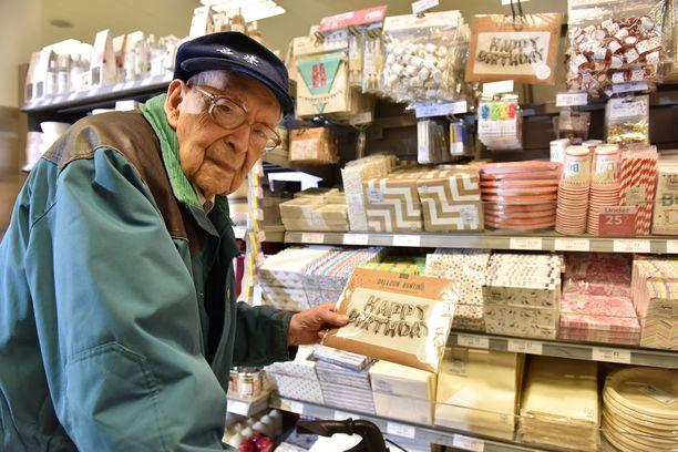 Bob tutki kaupan juhlakoristehyllyä.