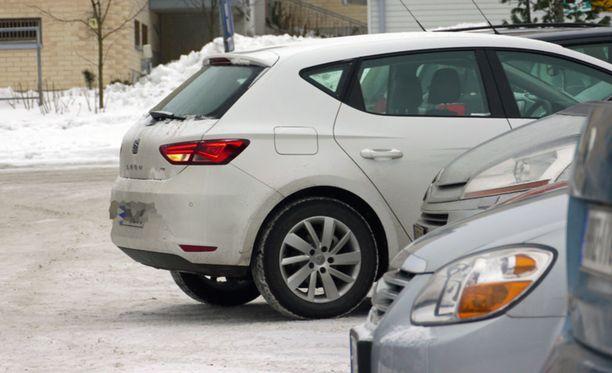 Tekeekö tilaisuus varkaan: 18 prosenttia ei jätä yhteystietojaan kolhimansa auton omistajalle, jos kukaan ei ole nähnyt tilannetta.