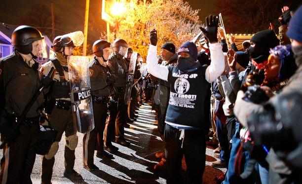 Poliisi on hillinnyt mielenosoittajia kyynelkaasun avulla.