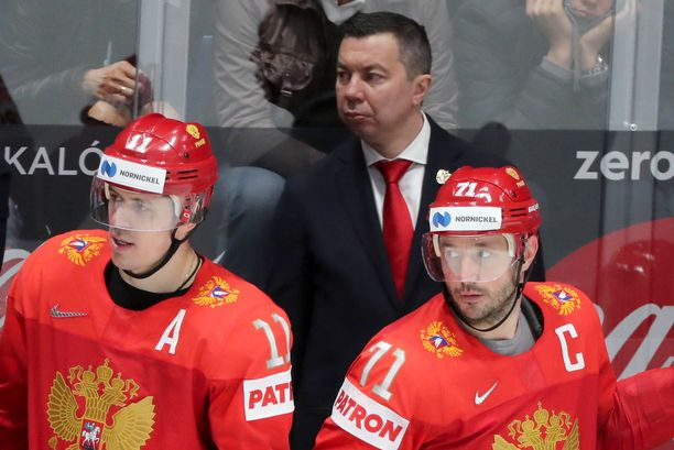 Venäjän supertähdet Jevgeni Malkin ja Ilja Kovaltshuk saivat hetken ihmetellä säkkipimeää hallia.