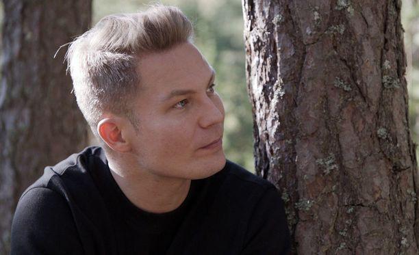 Cheek eli Jare Tiihonen kertoo Maria Veitolalle sairautensa maniavaiheen pelottavan.
