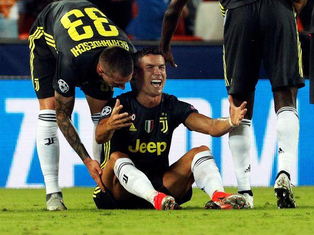 Cristiano Ronaldo katseli UCL-uransa ensimmäistä punaista korttia.
