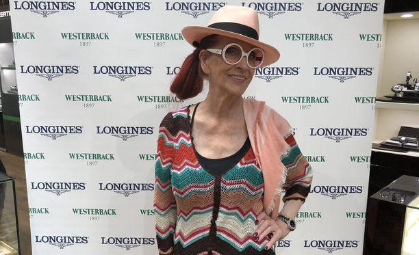 Aira Samulin edusti värikkäässä asussa Westerback Pride -tilaisuudessa Helsingissä.
