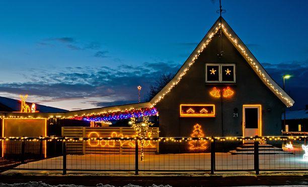 Jouluvalojen sopiva määrä pihaa koristellessa on usein makukysymys.