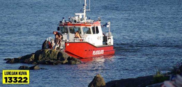 Pelastuslaitoksen vene kävi hakemassa keski-ikäisen miehen.