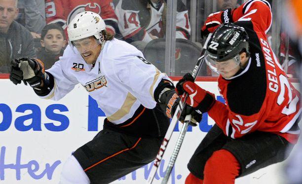 Teemu Selänne väänsi yön ottelussa muun muassa Devilsin Eric Gelinas'n kanssa.