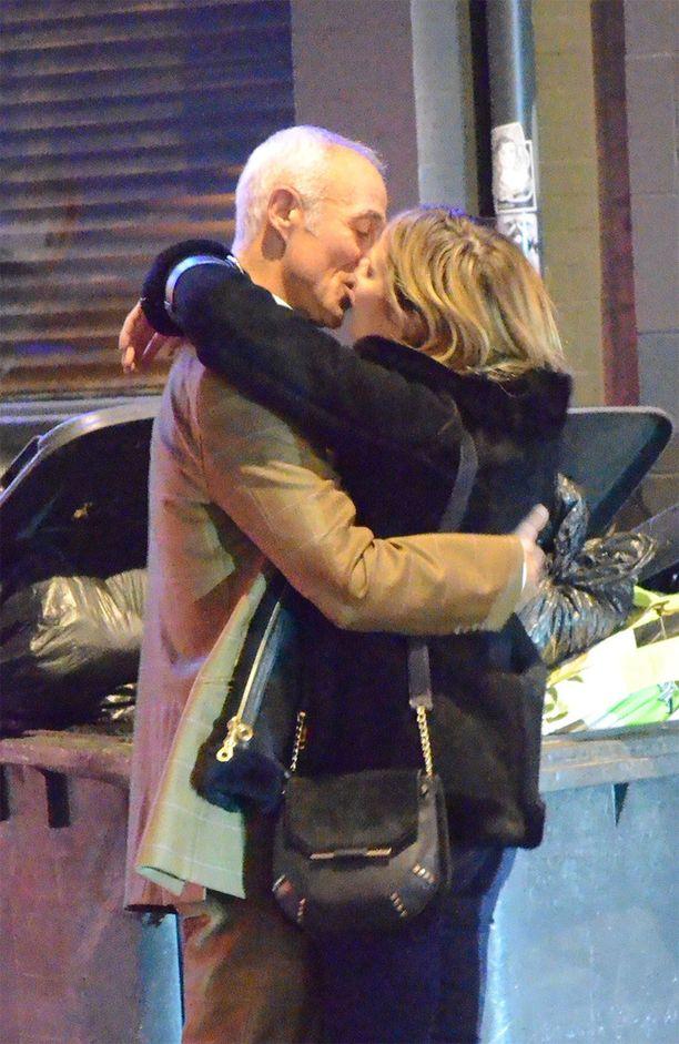 Andrew ja mysteerinainen bongattiin Lontoossa suutelemassa.