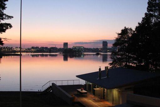 Arkkitehti Viljo Revellin suunnittelema talo on merenrantakiinteistö.