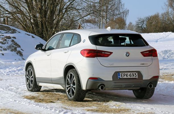 Tavanomaista korkeamman korin erottaa helposti: huomaa BMW-logo taaimmaisessa ikkunapilarissa.