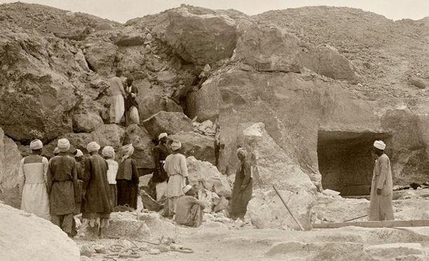 Kuva vuodelta 1915 haudan löytymisestä.