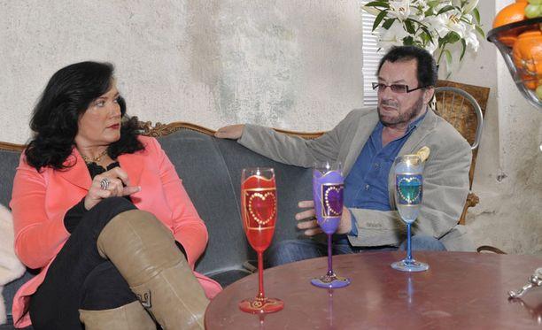 OIKEUTEEN Leila Palmua syytetään Juhani-miehensä pahoinpitelystä ja sen yrityksestä.
