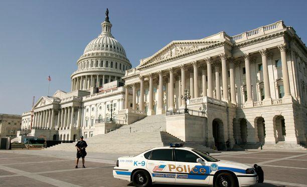 Poliisi on ottanut kiinni Capitol-kukkulan asemiehen, kertoo Reuters.