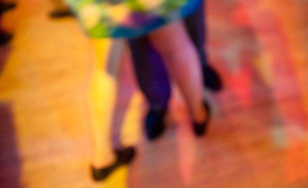 Tanssilavalla tanssittiin Matin ja Tepon tahtiin, kun kauempana parkkipaikalla tapahtui ampumavälikohtausta. Kuvituskuva.